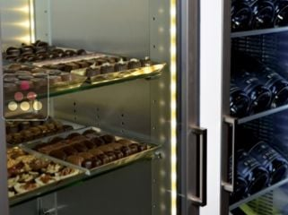 3-sided refrigerated display cabinet for chocolate storage