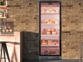 Refregirated display cabinet for cheese storage